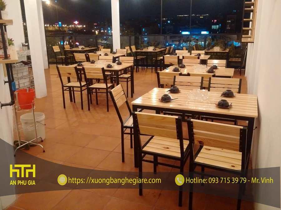 bàn ghế gỗ khung sắt mặt gỗ